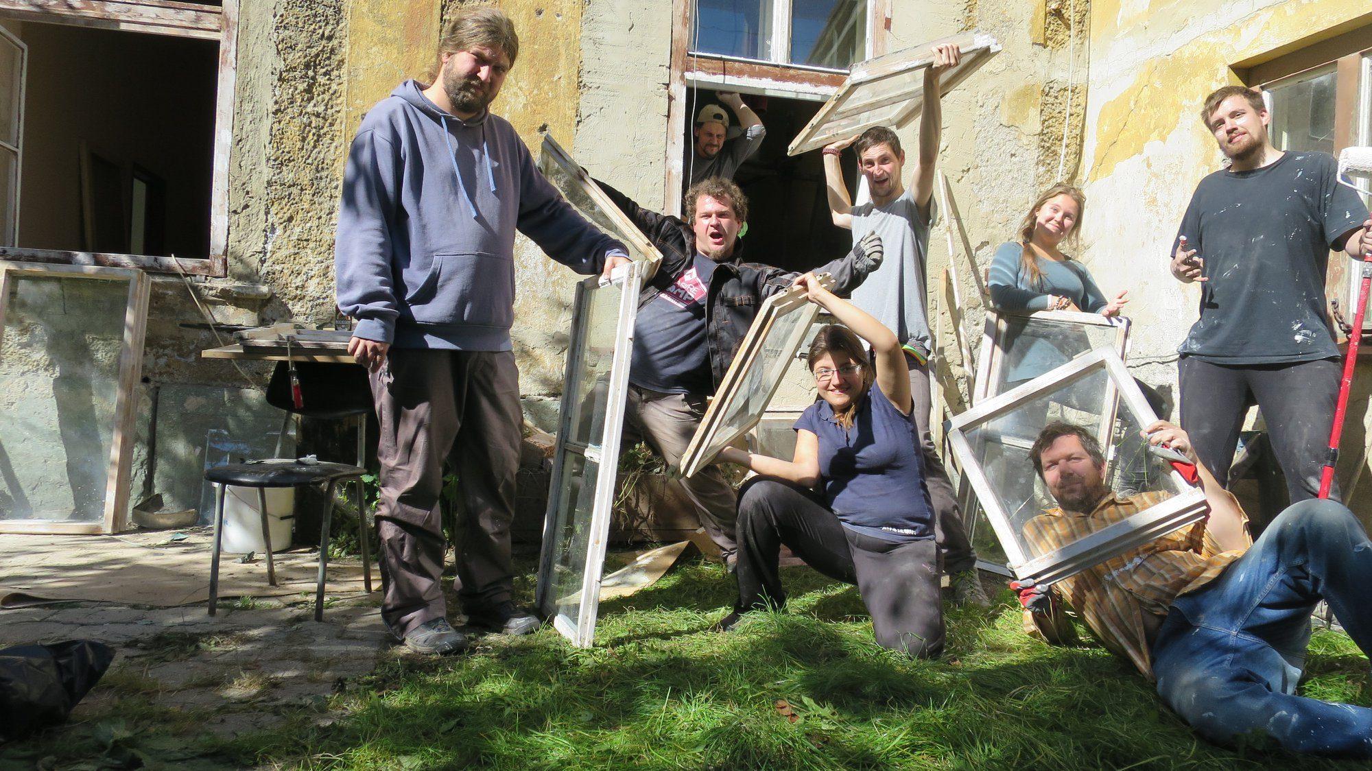 work4beer - dobrovolníci drzí zrenovovaná okna